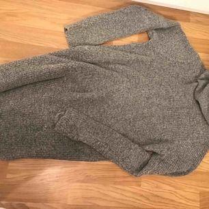 Säljer denna gråa stickade klänning/tröja. Oversize modell med hög krage.
