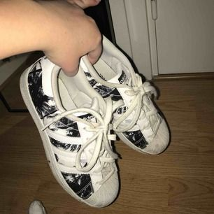 Adidas superstar med palmprint, skit snygga enligt mig. Nypris ca 700 kr, storlek 37 1/3, jag står för frakten