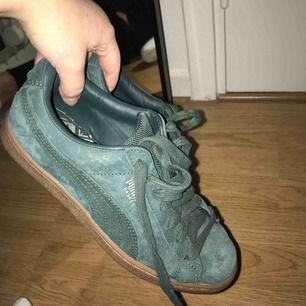 Puma basket skor i mocka, skit snygga och i bra skick! Jag står för frakten.