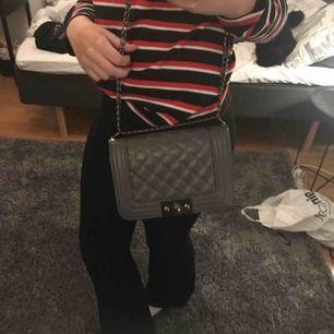 En väska från ginatricot,använd fåtal gånger. Köparen står för frakten eller mötas upp i gbg:)