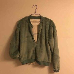 Lurvig tröja från Bikbok! Supermysig och knappt använd. 60kr + frakt eller möts upp i Halmstad