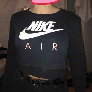 Säljer en Nike tröja som är lite croppad.  Använd rätt mycket men ändå i väldigt bra skick! Storlek: S Kan mötas upp, annars tillkommer frakten