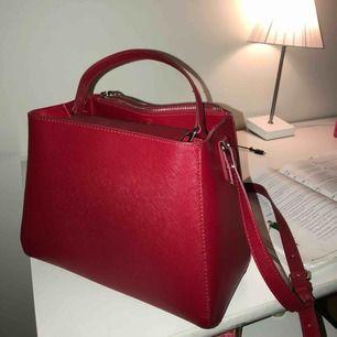 En superfin lite större väska från Zara som jag dock inte längre använder. Köparen betalar frakt🌸🌸