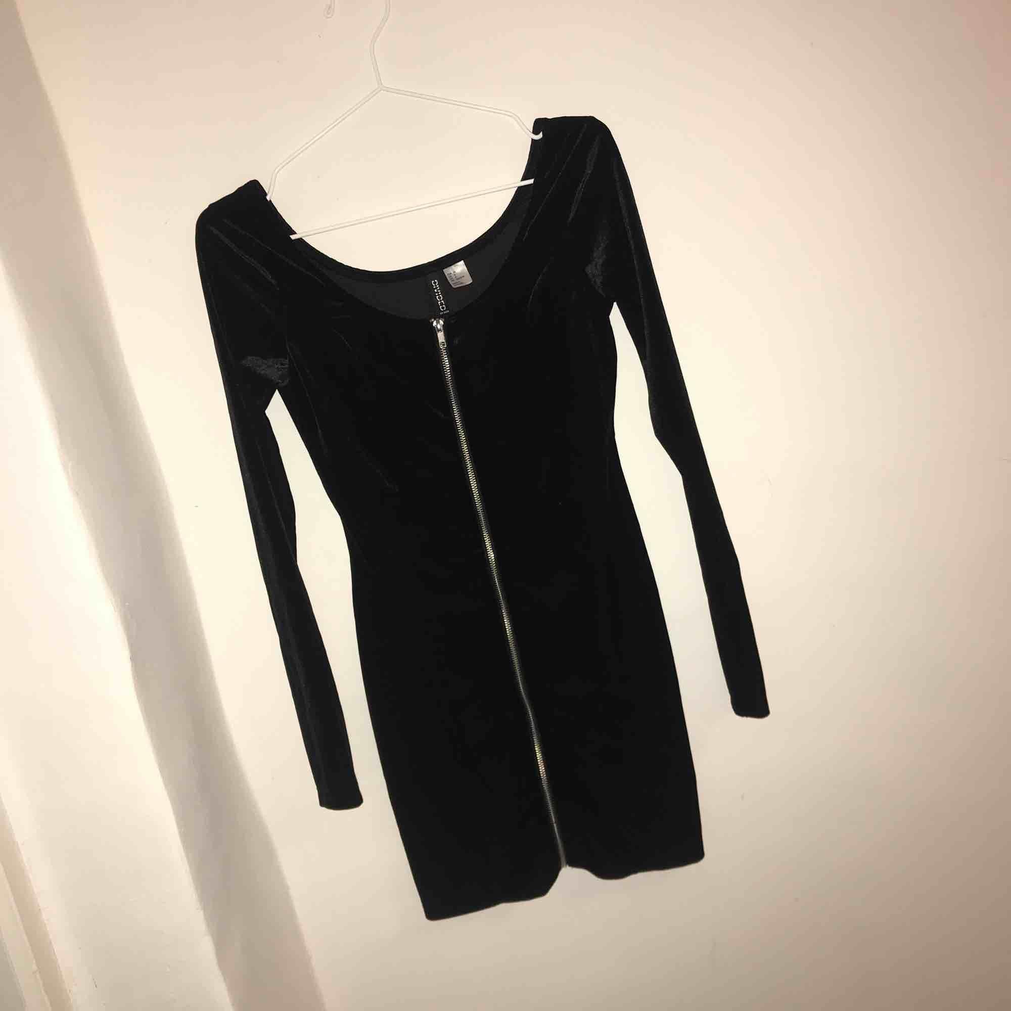 323e07d7a419 Festlig klänning i svart plysch med en dragkedja hela vägen! Från h&m och  knappt använd ...
