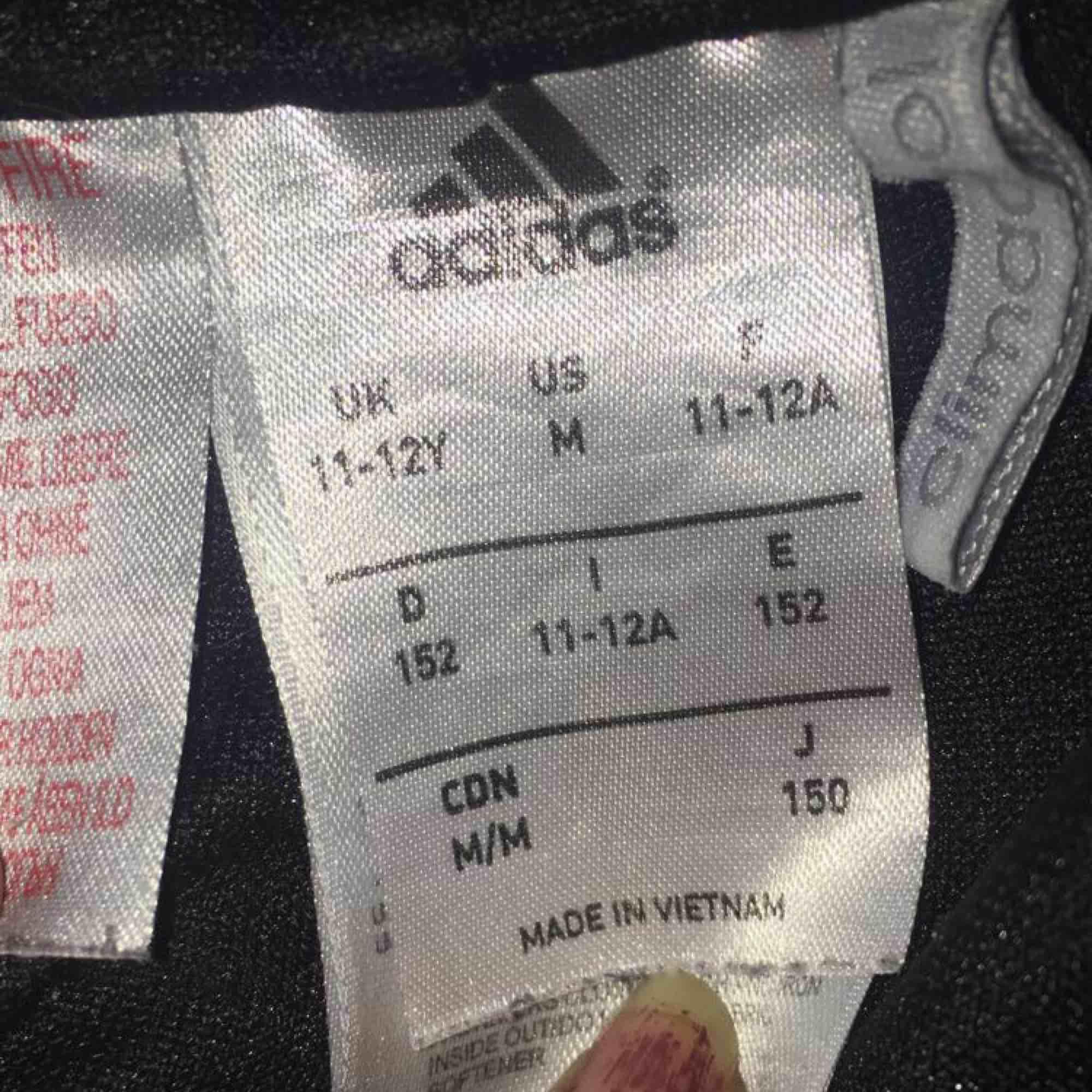 Barn storlek, mjukisbyxor svarta adidas. Jeans & Byxor.