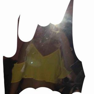 Gul topp med knytband och off shoulder