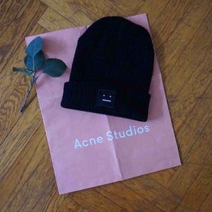 Säljer min fina svarta Acne Studios Pansy Mössa, fick i julklapp men inte min stil. Så den är i mycket fint skick, nypris 1100:- kr. Fraktar gärna men finns i Malmö 🌿