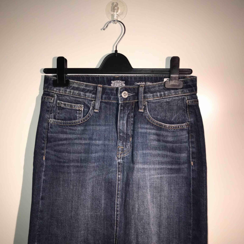 Jag säljer en helt ny kjol från crocker. Storlek: XS men den passar en S också. Lite stor i storeken skulle jag säga. Nypris: 399. Den kommer från ett djur och rökfritt hem.. Kjolar.