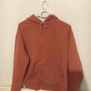 Cool hoodie från carlings, säljer pga att den int kommer till användning. Det är en storlek XS men skulle säga mer en S. Köparen står för frakt