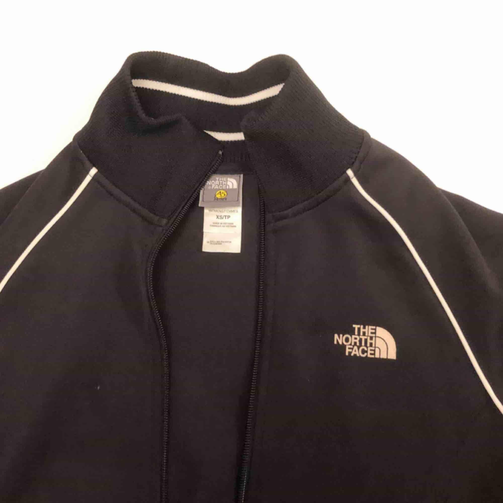 Sportig the north face tröja/jacka. Köpt på Asos Marketplace. Helt ok skick. Inte använd av mig särskilt mycket men är vintage. 90kr inkl. Frakt. Tröjor & Koftor.