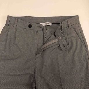 Snygga byxor som faller fint från Pull & Bear. Inte använda mycket alls! W-26. 140kr inkl. Frakt