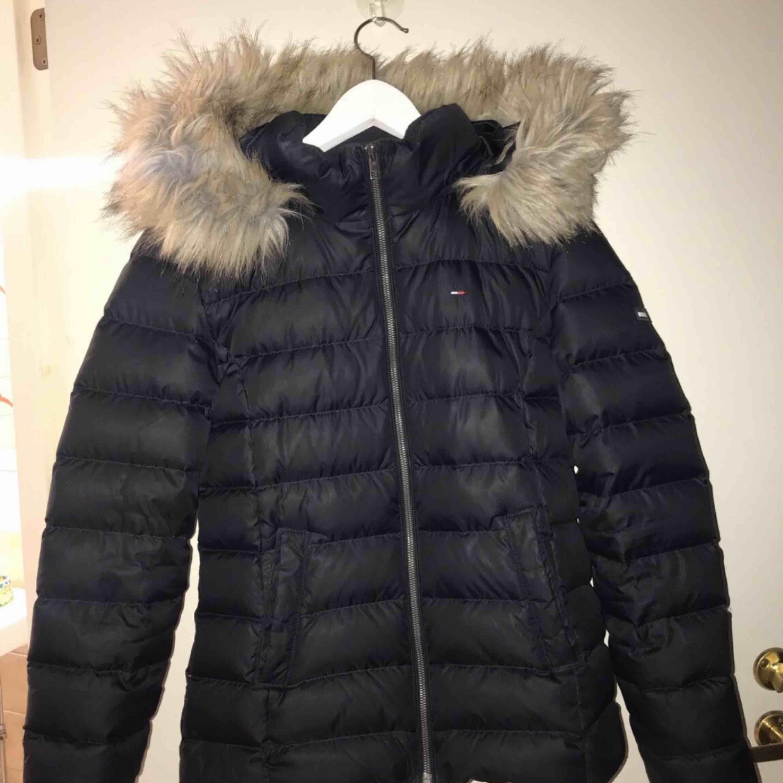 Jag säljer en vinterjacka från Tommy Hilfiger som är mörkblå. Storlek: M Nypris: 2199 Skick: mycket bra! Jackan kommer från en djur och rökfritt hem.. Jackor.