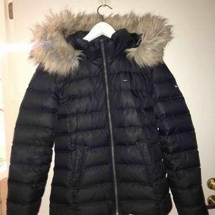 Jag säljer en vinterjacka från Tommy Hilfiger som är mörkblå. Storlek: M Nypris: 2199 Skick: mycket bra! Jackan kommer från en djur och rökfritt hem.