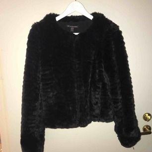 Jag säljer en pälsjacka från Zara Storlek: XS Skick: Bra