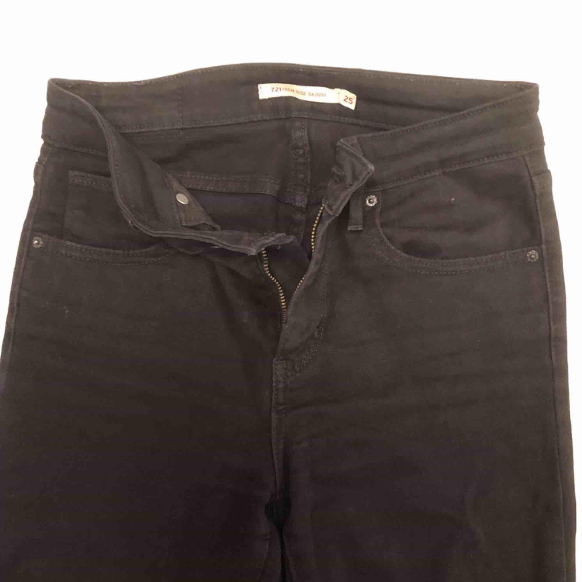 Helt vanliga svarta tajta jeans från Levi's. Har tyvärr ingen bild med dem på då de blivit för små. 150kr inkl. Frakt. Jeans & Byxor.