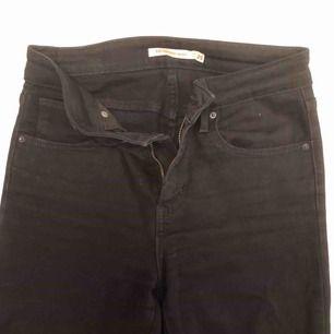 Helt vanliga svarta tajta jeans från Levi's. Har tyvärr ingen bild med dem på då de blivit för små. 150kr inkl. Frakt
