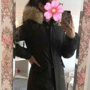 Säljer min woolrich jacka i storleken xs men passar dig som är s! Mörkbrun färg, använt men fint skick 💞
