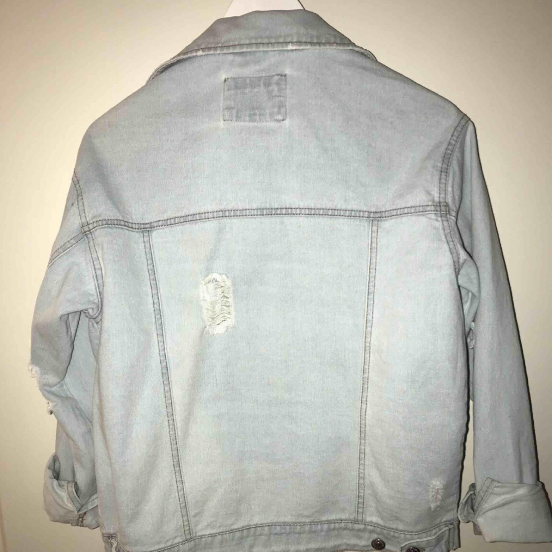Jag säljer en jeansjacka med slitningar lite överallt. Den kommer från forever 21. Den är i ett mycket bra skick. Storlek: S. Jackor.