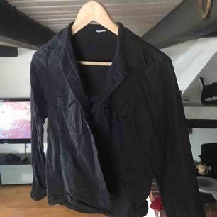 Lite tjockare kvalitet på skjorta, som en svart/grå jeans-skjorta