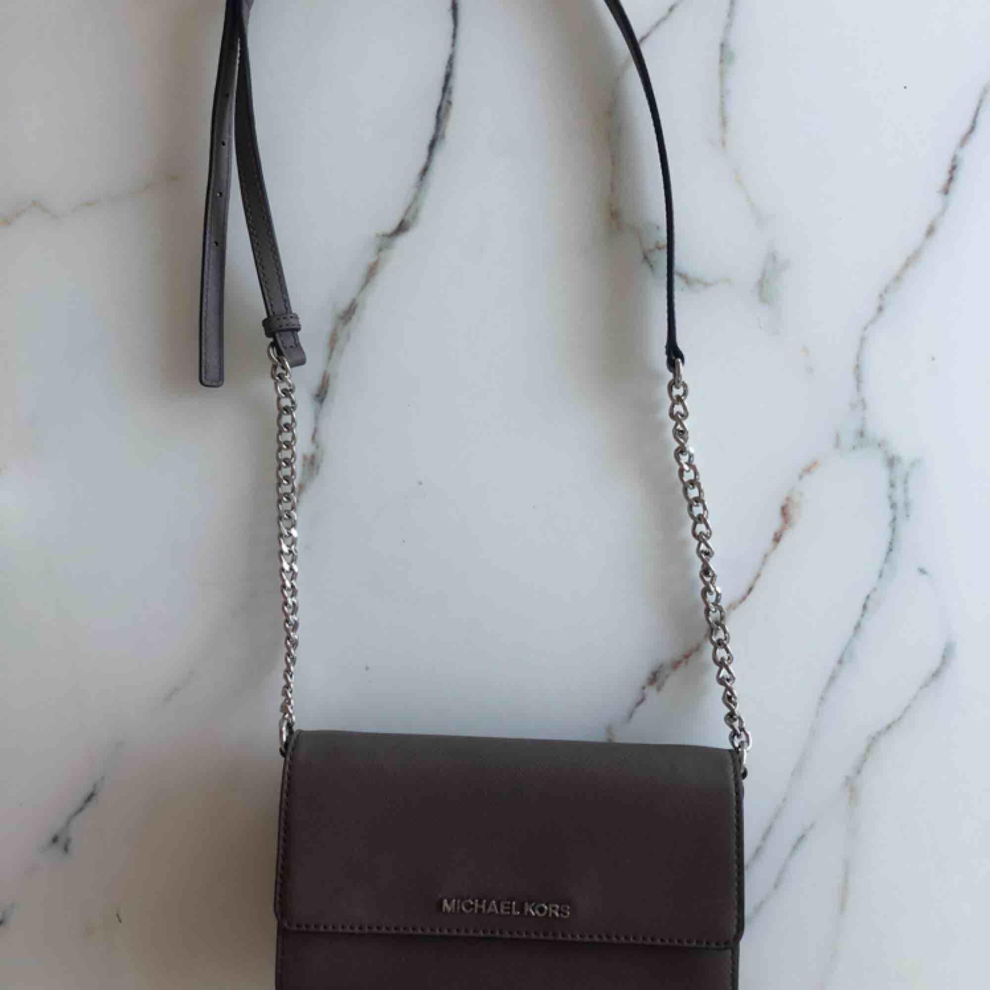 Perfekt liten väska att ha för utgång eller om man inte bär med sig så mycket saker! Axelband som går att justera, 5 fack inne i väskan + fack för kreditkort osv.  Bredd: 19cm Höjd: 12cm . Väskor.
