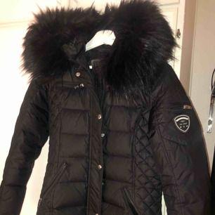 """Säljer min Jacka från Rockandblue, storlek 36. Modell """"Beam Mid"""" 100% dun och fuskpälskrage. Inköpt denna vinter för 2999kr."""