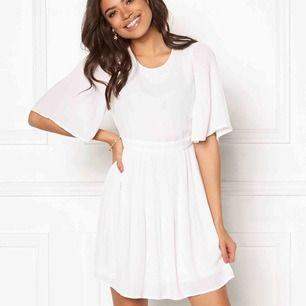 En jättefin klänning från Bubbleroom, perfekt till studenten!  Köpte den för 499kr men var aningen för stor och säljer den därför❤️ Endast provad, lappen kvar Kan mötas upp i Örebro annars tillkommer frakten😊