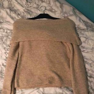Helt ny beige off shoulder tröja ifrån Bikbok!