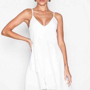 En simpel och jättefin vit klänning från Nelly.com💛 Aldrig använd, endast provad, lappen sitter kvar. Kan mötas upp i Örebro, annars tillkommer frakten🥰