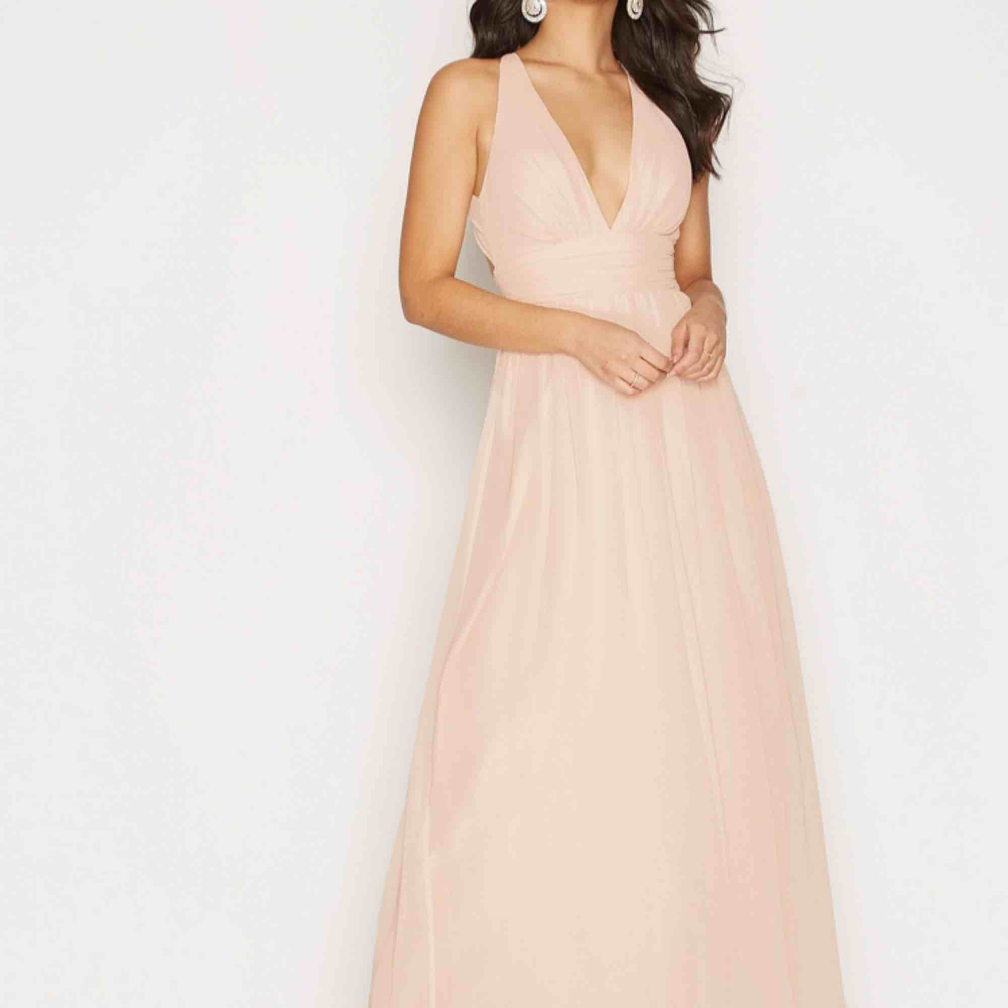 En jättefin klänning perfekt till balen🌸 Älskar klänningen men funkar inte riktigt med min hudton, den är endast provad och aldrig använd.  Kan mötas upp i Örebro annars tillkommer frakten💗. Klänningar.