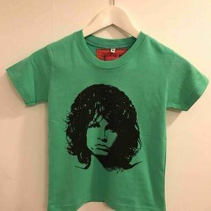 Jim Morrison tee för barn, som en storlek 110, passar barn mellan 3-6 år. 25:- frakt 9:-