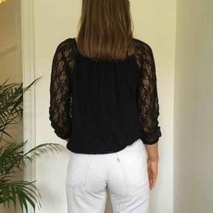 En svart spets långärmad tröja. Den är även töjbar. Vi möts gärna upp i Stockholm men pm frakt betalar köparen det