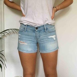 Ett par assnygga shorts från hollister. Säljer dem för att de har blivit för små. Vi möts gärna upp i Stockholm men pm frakt betalar köparen det