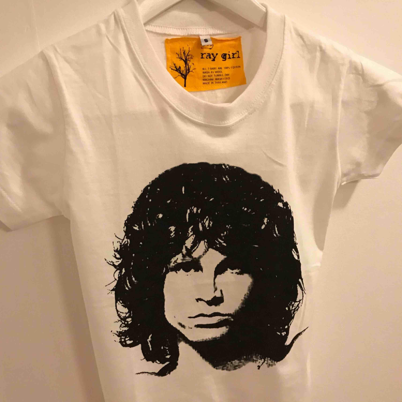 Jim Morrison tee för barn, som en storlek 110, passar barn mellan 3-6 år. 25:- frakt 9:-. T-shirts.
