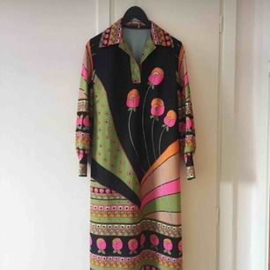 Vackert mönstrad & äkta 70-tal.  Polyester och storlek 42. 💞 klänningen är i superfint skick.   Älskar den men den är inte i min storlek. 😑