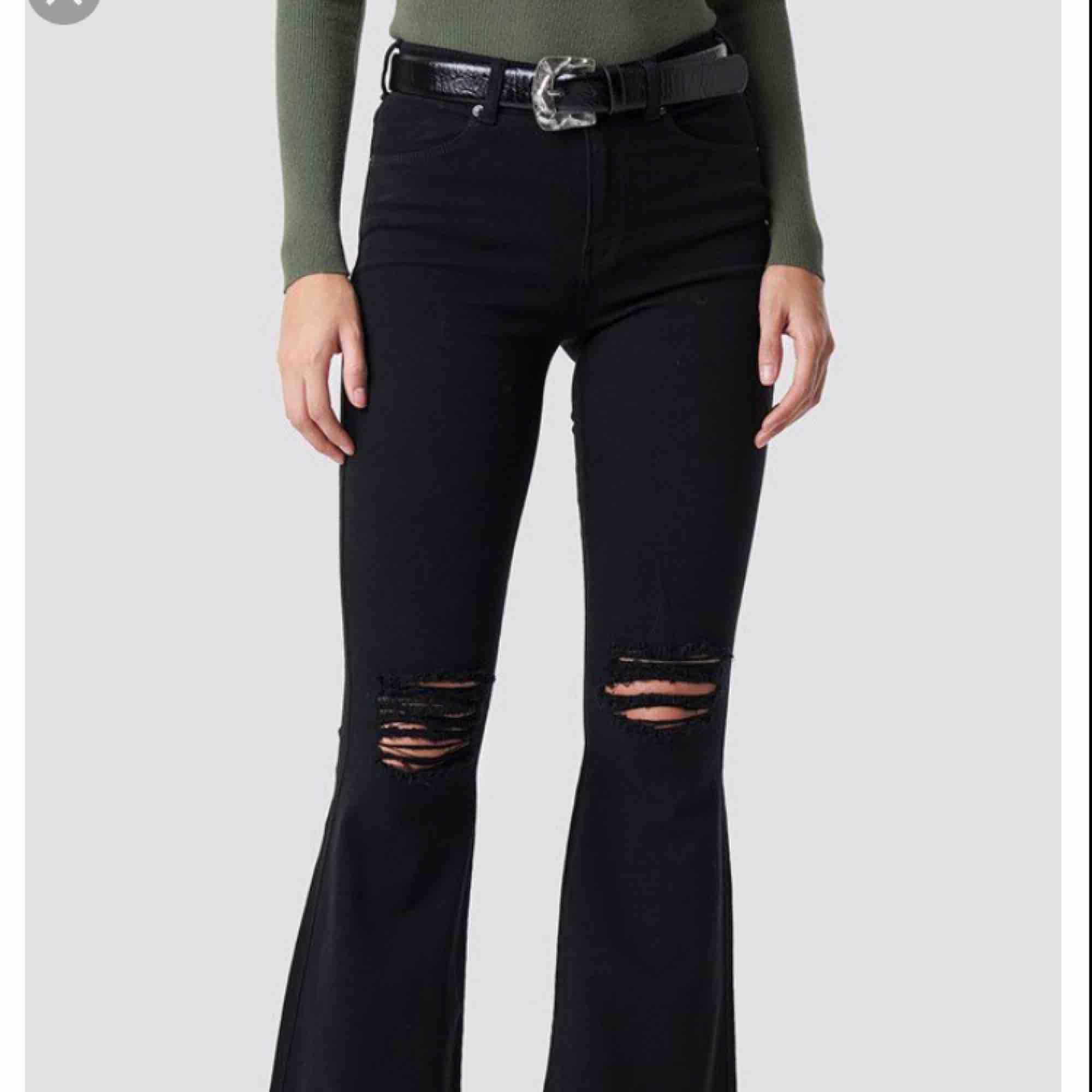 Säljer ett par sköna svarta bootcut med hål i (har klippt av trådarna så det är vanliga hål)  Använda, säljer pågrund av att de inte kommer till användning  Storlek M/32 Ny pris: 500:- FRAKT INGÅR!!!  . Jeans & Byxor.