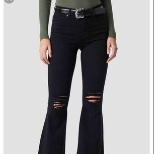 Säljer ett par sköna svarta bootcut med hål i (har klippt av trådarna så det är vanliga hål)  Använda, säljer pågrund av att de inte kommer till användning  Storlek M/32 Ny pris: 500:- FRAKT INGÅR!!!