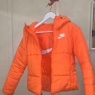 Orange Nike jacka i storlek XS Säljer pga använder inte. Köpte den för någon månad sedan för 1000kr. Köparen betalar frakt