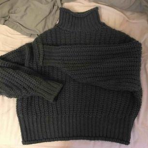 Stickad tjock tröja med krage från H&M Använd 1 gång Nypris: 300:- +frakt