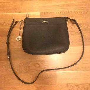 Väska från DKNY Använd men fint skick, lite avskavt på zippen men inget man tänker på.