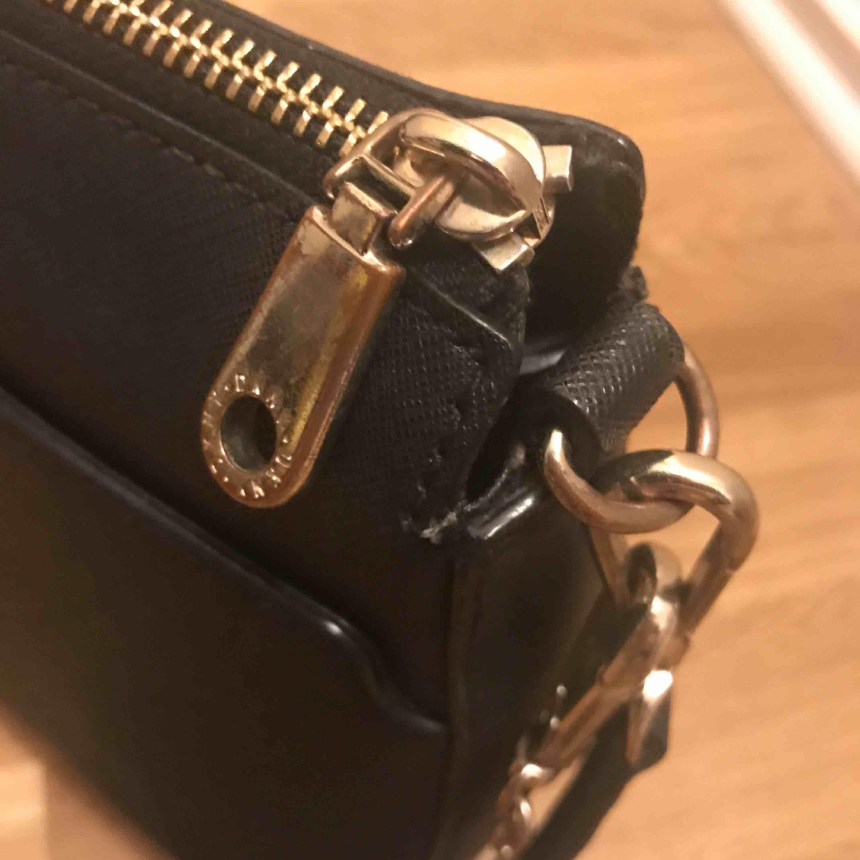 Väska från DKNY Använd men fint skick, lite avskavt på zippen men inget man tänker på. . Väskor.