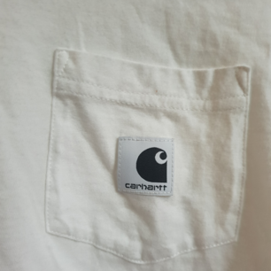 Carhartt Carrie pocket basic t-shirt i storlek xs.
