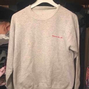Oversize tröja från rehnmarks ab. Skiit mysig men passar ej min stil längre. Köparen står för frakt, kan också mötas upp❤️
