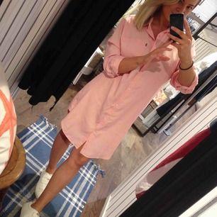 Garderobsrensning pga flytt.  Laxrosa Skjortklänning från lexington. Sparsamt använd