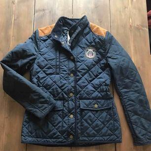 Garderobsrensning pga flytt,  Marinblå Jacka från lexington. Väldigt fint skick då jag knappt har använt den.