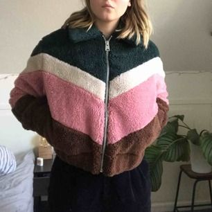 Lägger ut denna jacka igen nu till billigare pris! Frakt ingår! Helt oanvänd, prislapp kvar! Köpt på urban outfitters.