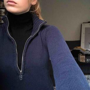 Cool tröja köpt på second hand i somras! Används aldrig tyvärr:( självs grejen man drar i i dragkedjan gick av och har just nu ersatts med ett gem, men det är lätt att fixa👍🏼 frakt betslar du