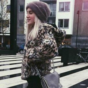 Säljer min lurviga leopard jacka pågrund av att den inte kommer till användning. Den är i felfritt skick:) Perfekt till våren!