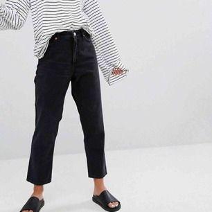 Knappt använda Taiki jeans från monki i storlek 26. Sååå smickrande, men måste acceptera att de är för små. Finns i Skåne , annars tillkommer frakt 🧜🏼♀️   Obs! Finns ett par likadana röda på min sida, båda två för 300kr!!