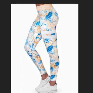 Ett par riktigt snygga stronger tights. Använda 1-2 gånger så dom är som nya!😊 säljer för att dom tyvärr är lite för små för mig.  Ingen fraktkostnad tillkommer