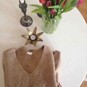 Snygg hårt stickad tröja från H&M. Knappt använd. Köparen står för frakt